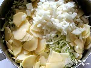 Пирог с капустой и картошкой из слоеного теста.