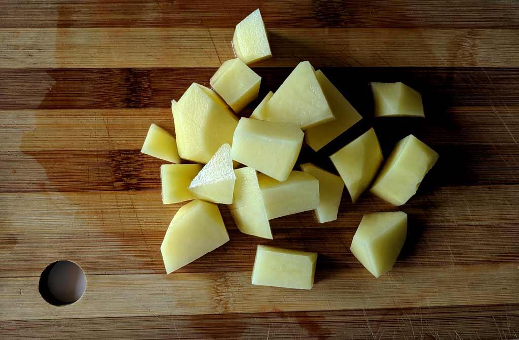 Нарезать картофель для супа чечевиного