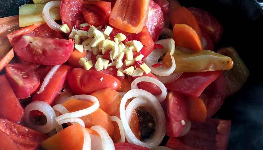 Тушеные баклажаны с помидорами, морковкой