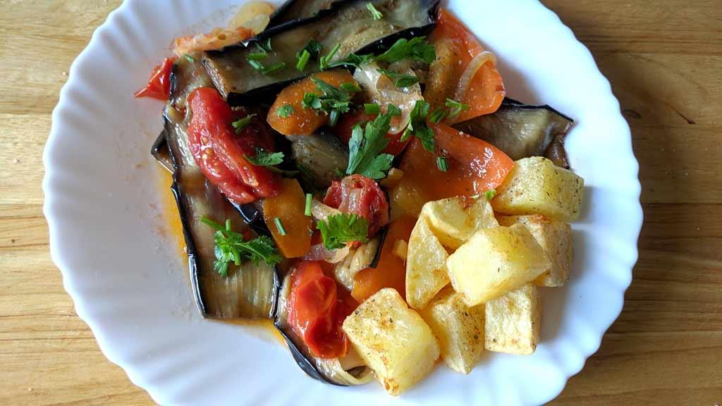 Баклажаны тушеные с овощами и имбирем