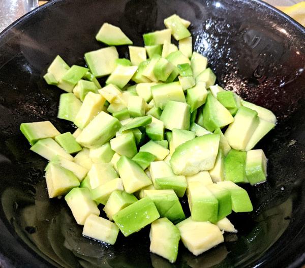побрызгать авокадо с соком лаймы или лимона