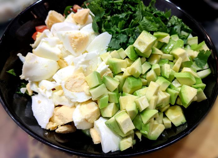 Салат с авокадо, помидорами, огурцами, яйцами